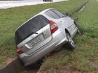 Motorista perde controle e veículo para no canteiro central de rodovia