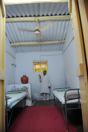 O coordenador do Kochrab Ashram, Rameshbhai Trivedi, mostra o quarto de hóspedes (Foto: Sam Panthaky/AFP)