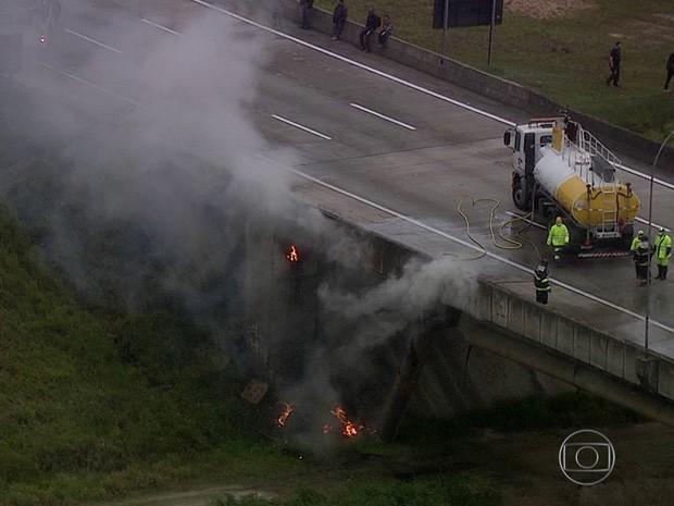 Um dos veículos que se envolveu em um acidente no Rodoanel transportava produto perigoso, que vazou e escorreu por baixo da ponte na manhã desta sexta-feira (9) (Foto: Reprodução/TV Globo)