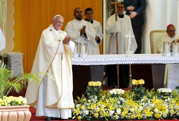 Papa Francisco sorri enquanto assiste apresentação durante missa em Caacupé (Foto: Reuters/Andres Stapff)