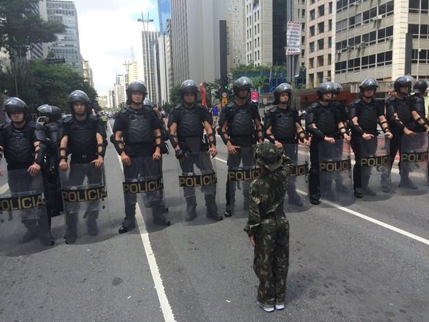 Policiais bloqueiam Avenida Paulista onde ocorre manifestação (Foto: Paula Paiva Paulo/G1)