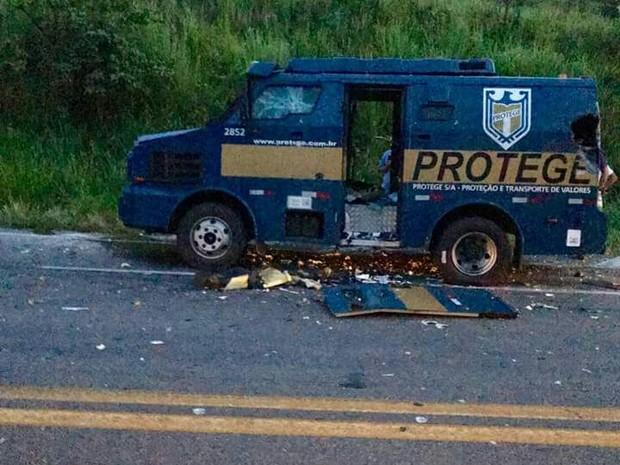 Veículo ficou totalmente destruído após ataque de criminosos (Foto: Cláudio Souza / Arquivo Pessoal)