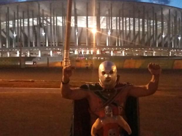 Mariscal vestido com a fantasia de Santon, o mascarado de prata (Foto: Pedro Borges/G1)