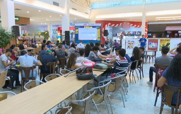 Cerca de 250 alunos participaram de cada dia do aulão pré-Enem na praça de alimentação (Foto: Acre TV)