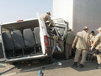 Colisão frontal entre caminhão e van deixou dez mortos, em Pernambuco. (Foto: Reprodução / TV Grande Rio)