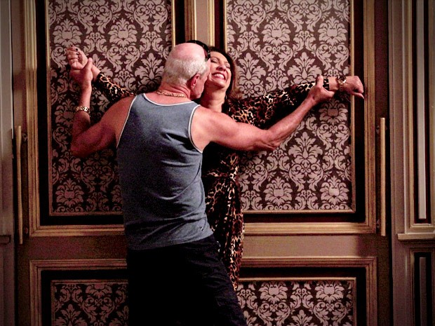 Muricy e Leleco se agarram no quarto (Foto: Avenida Brasil / TV Globo)