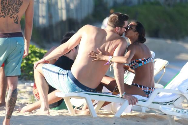 Lais Ribeiro na praia  (Foto: agnews)