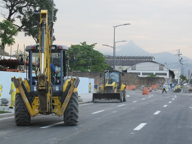 Máquinas trabalham na Via Binária nesta sexta (Foto: Glenda Almeida/G1)