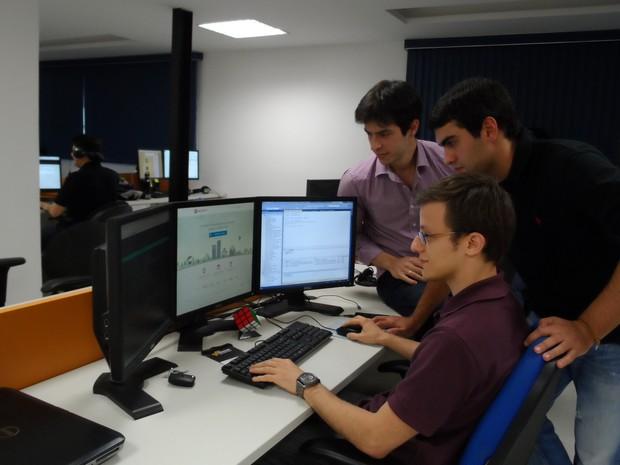 A equipe do Passei Direto, com  André Simões, Rodrigo Salvador e o programador Bruno (Foto: Lilian Quaino/G1)
