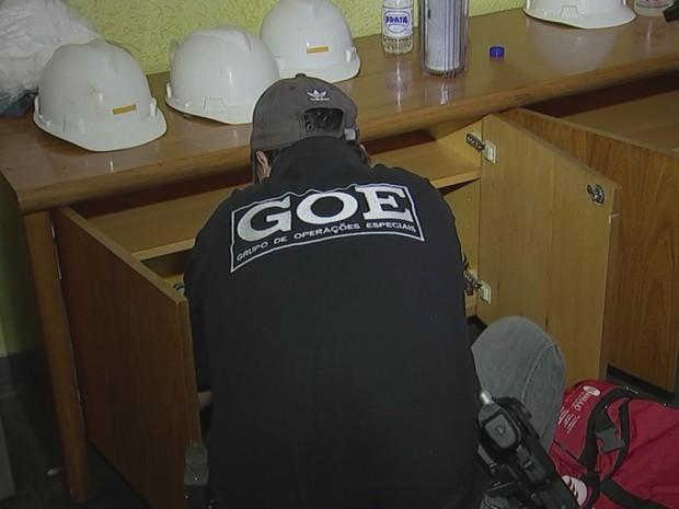 Computadores, documentos e um cofre foram apreendidos (Foto: Vander Maques Junior/TV TEM)