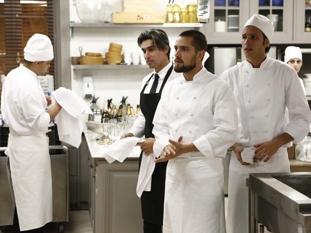 Vicente se surpreende quando vê José Alfredo na cozinha  (Foto: Fábio Rocha/TV Globo)