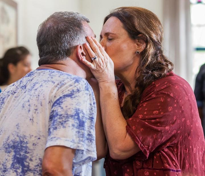 Elizabeth Savala dá 'bitoca' no diretor Jorge Fernando (Foto: Artur Meninea/Gshow)