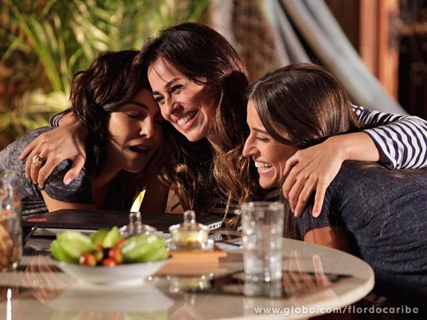 Natália comemora a confirmação com Mila e Carol (Foto: Flor do Caribe / TV Globo)