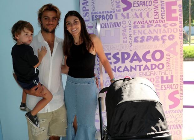 Felipe Simas e a mulher, Mariana, com os filhos, Joaquim e Maria (Foto: AgNews)