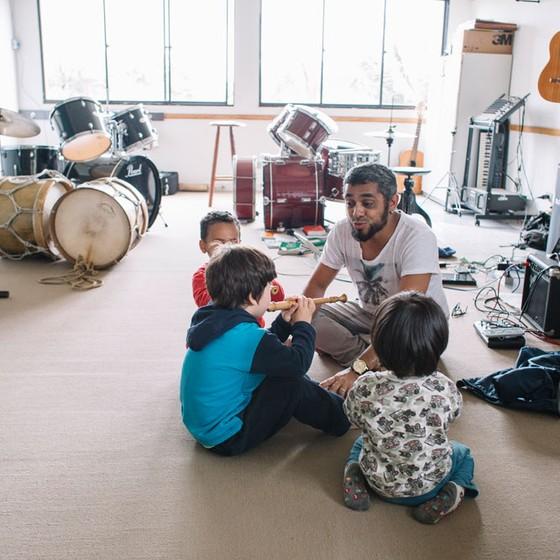 O músico Abuhl Jr,tutor das aulas de música  (Foto:  Julia Rodrigues/ÉPOCA)