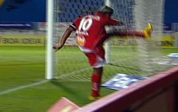 """""""Sozinho"""" em campo, Marcelinho desabafa ao perder chance (Foto: Premiere FC)"""