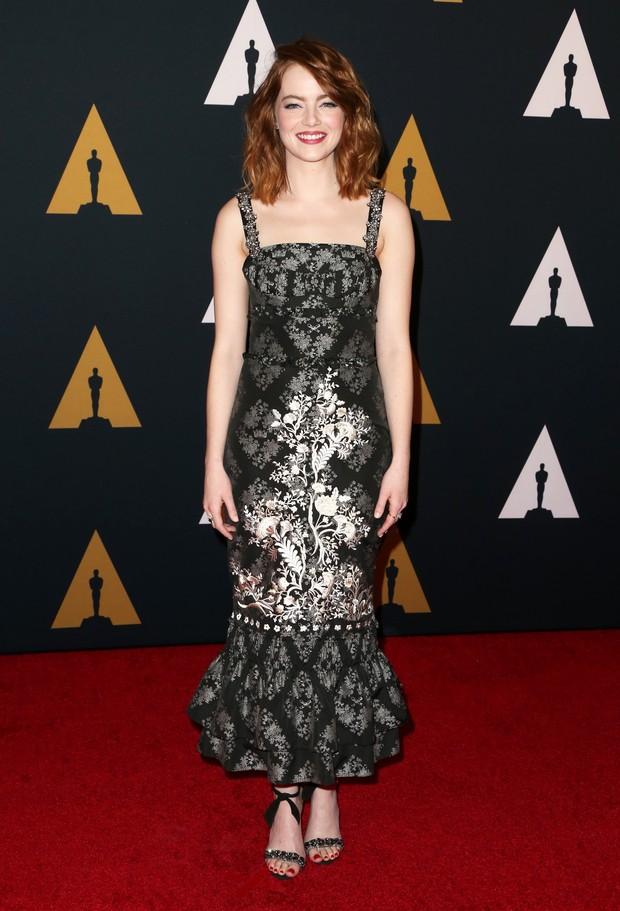 Emma Stone no tapete vermelho de premiação da Academia de Artes e Ciências Cinematográficas, em Los Angeles (Foto: Getty Image)