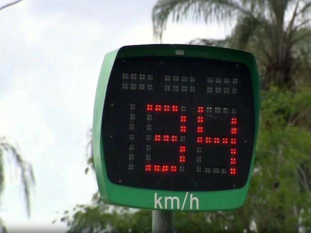 Em Jacutinga, dois radares da MG-290 possuem visor indicativo de velocidade (Foto: Reprodução EPTV/Edson de Oliveira)