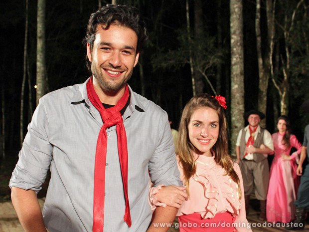 Sergio Marone e Monique Alfradique conhecem dança gaúcha (Foto: Domingão do Faustão / TV Globo)