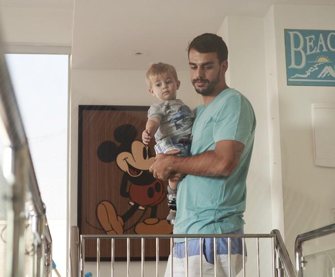 O paizão Felipe Uchôa toma cuidado e desce a escada com o filho no colo (Foto: Ellen Soares/Gshow)