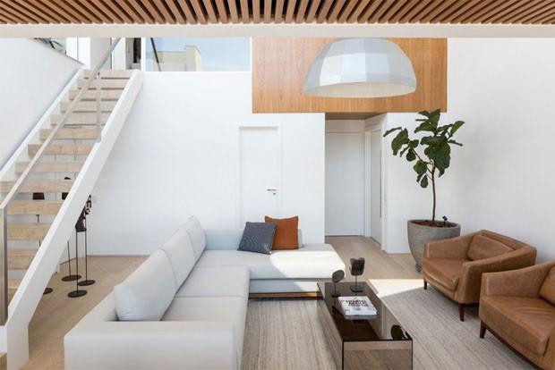 Madeira clara e vidro trazem conforto ao d plex for Apartamentos minimalistas
