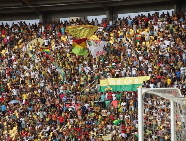 Torcida marcou presença no Castelão (Foto: Biaman Prado/O Estado)