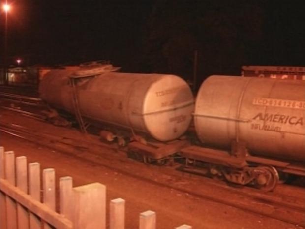 Vagões descarrilaram perto de prédio da concessionária em Ourinhos, SP. (Foto: Reprodução/TV Tem)