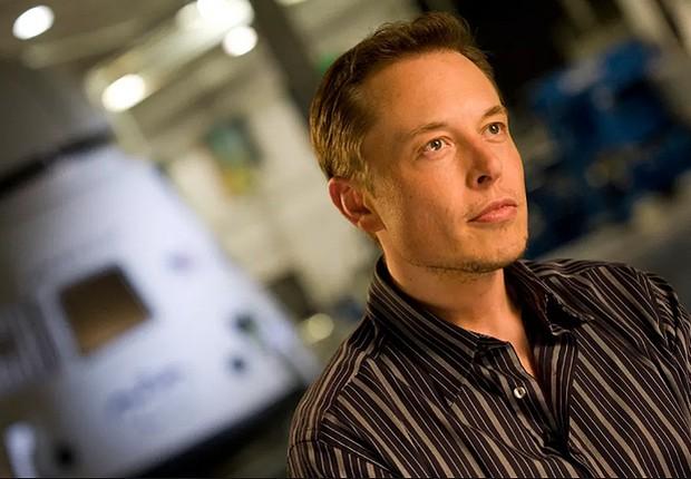 O bilionário Elon Musk com a cápsula da Space X ao fundo (Foto: Reprodução/Flickr)