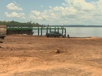 Por causa do baixo nível do Rio Paraná, balsa em Guaíra (PR) está parada (Foto: Reprodução / RPC TV)