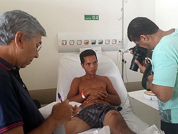 Equipe do IML vai a hospital para periciar ferimento em perna de surfista, atacado em praia de Olinda (Foto: Divulgação / Hospital Miguel Arraes)