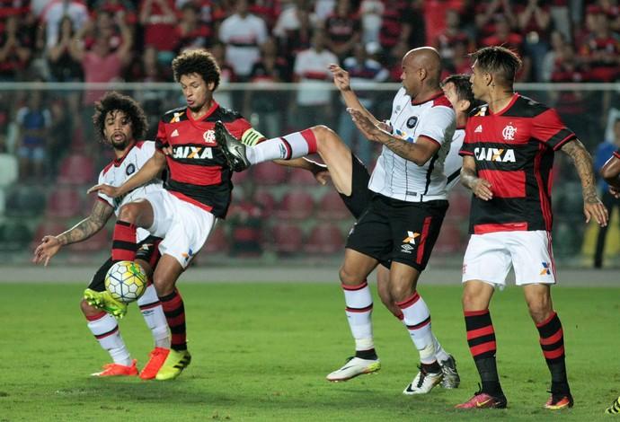 Lance durante a partida entre Flamengo e Atlético PR, válida pelo Campeonato Brasileiro 2016, no Estádio Kleber Andrade, em Cariacica (ES), neste sábado (6).  (Foto: Futura Press)