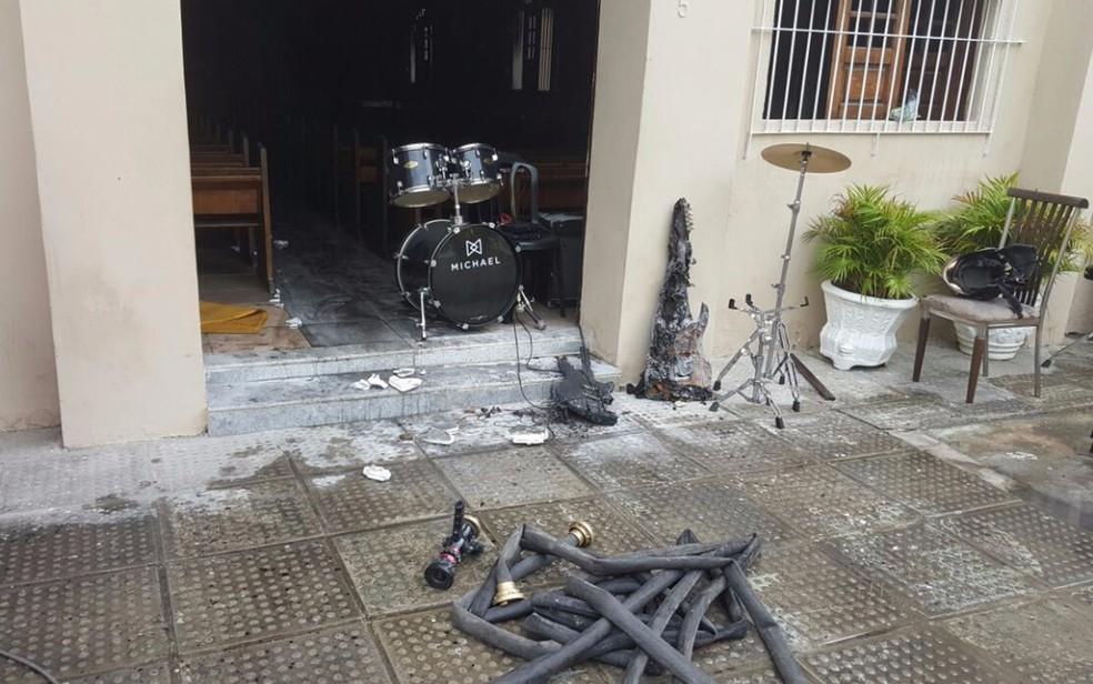 Instrumentos musicais utilizados no templo religioso foram atingidos pelas chamas (Foto: Reprodução/WhatsApp)