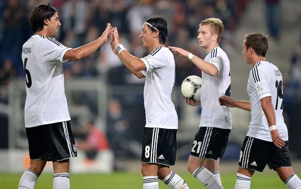 Ozil e Khedira, Alemanha x Ilhas Faroe (Foto: Agência AP)