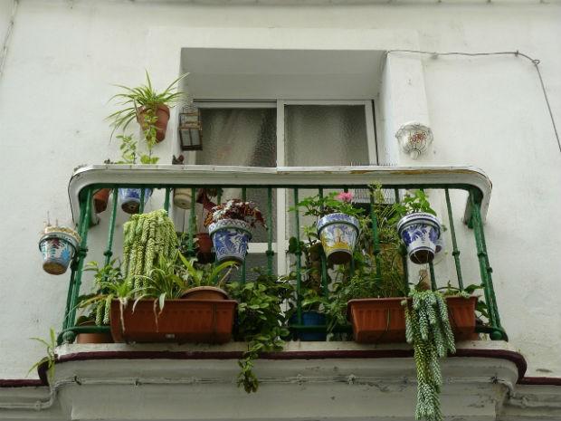 Floreiras e vasos podem ser pendurados e fixados na varanda (Foto: Divulgação/Pixabay)