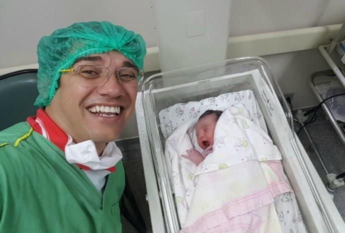 Marcão acompanhou o nascimento de Maria, do ladinho da esposa Flávia (Foto: Arquivo Pessoal / Marcos Paiva)