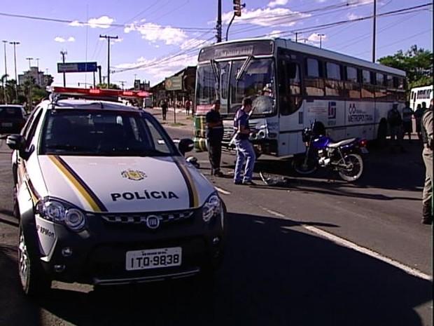 Acidente entre ônibus e moto deixa um morto em Porto Alegre (Foto: Reprodução/RBS TV)