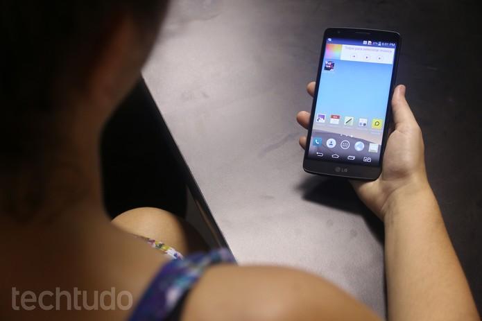 Segurar o LG G3 Stylus pode ser um desafio para mãos pequenas (Foto: Lucas Mendes/ TechTudo)