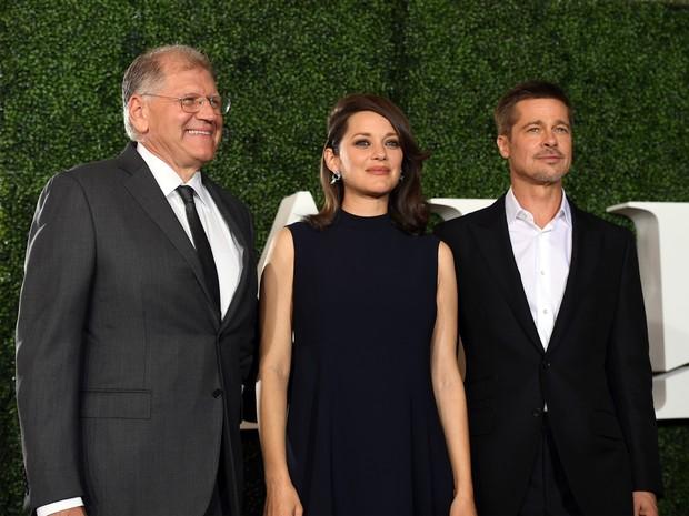 Diretor Robert Zemeckis, Marion Cotillard e Brad Pitt em première de filme em Los Angeles, nos Estados Unidos (Foto: Kevin Winter/ Getty Images/ AFP)