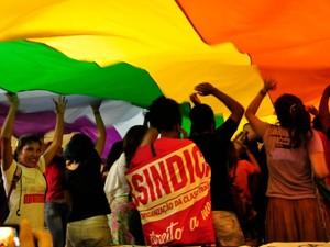 Manifestantes estenderam bandeira em protesto contra a presença de Cunha. (Foto: André Souza / G1)