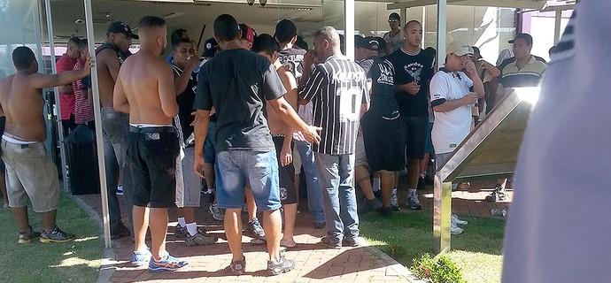 torcida no CT do Corinthians invasão (Foto: Rodrigo Faber)