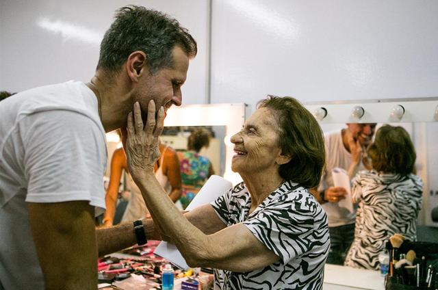 Leonardo Nogueira com Laura Cardoso (Foto: Raquel Cunha/ TV Globo)