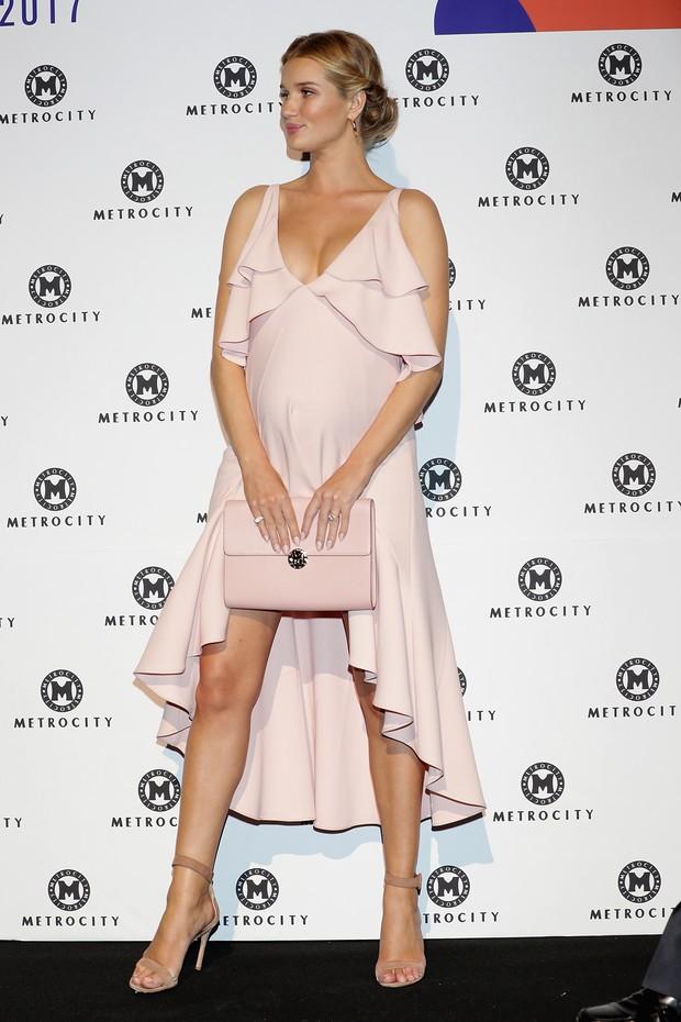 Rosie Huntington-Whiteley exibe barriga de grávida em vestido rosa bem sensual (Foto: Getty Image)