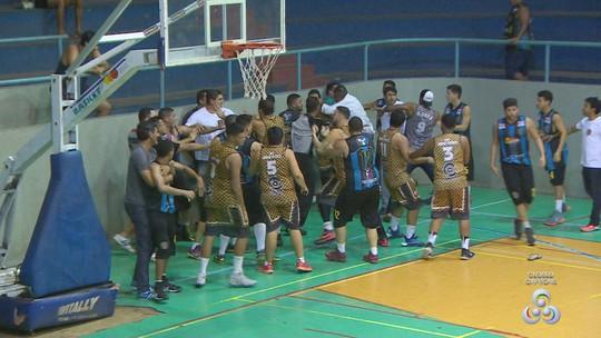 Federação pune jogadores e técnico após confusão no sub-22 de basquete