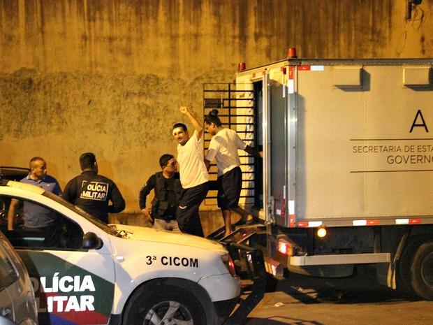 Detento acena para familiares que esperam ao lado de fora do presídio (Foto: Indiara Bessa/G1 AM)