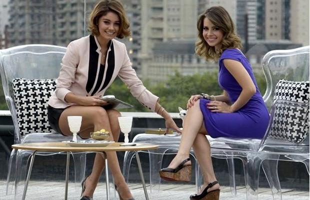 Amora (Sophie Charlotte) entrevista Sandy para seu programa (Foto: Bob Paulino/Rede Globo)