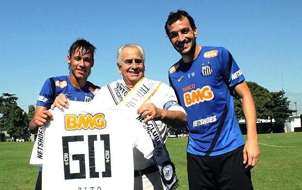 Neymar e Edu Dracena com Zito no treino do Santos (Foto: Ricardo Saibun / Divulgação Santos FC])