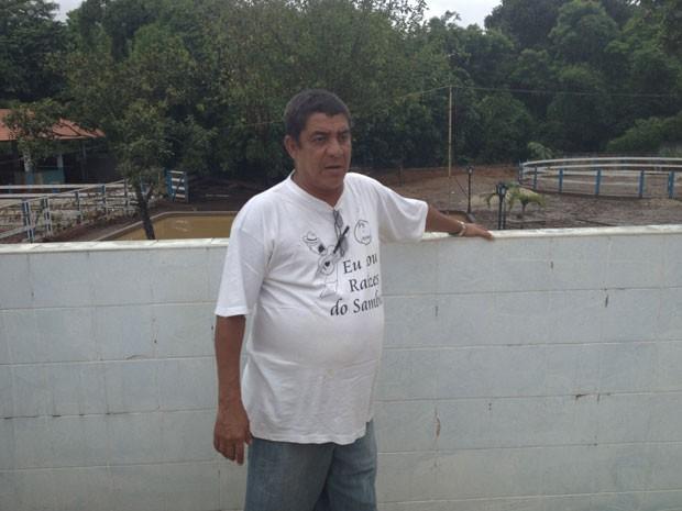 Zeca Pagodinho em seu sítio, que foi invadido pela lama (Foto: Renata Soares/G1)