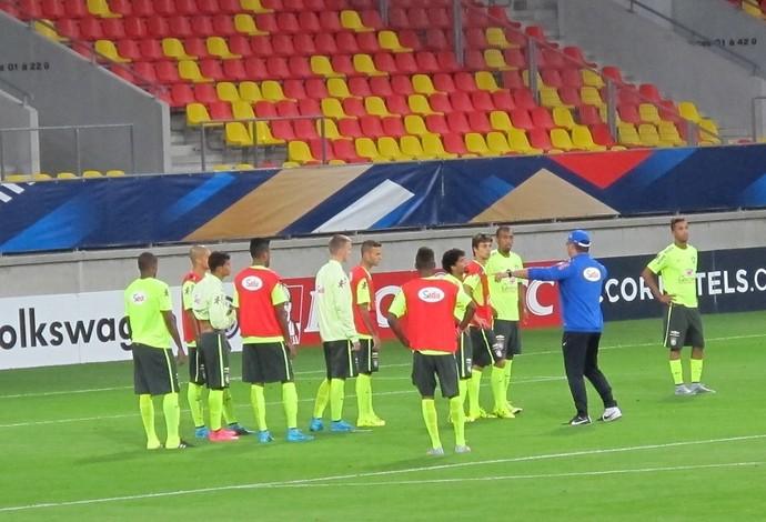 Rogério Micale orienta jogadores em treino da seleção olímpica (Foto: Felipe Schmidt)
