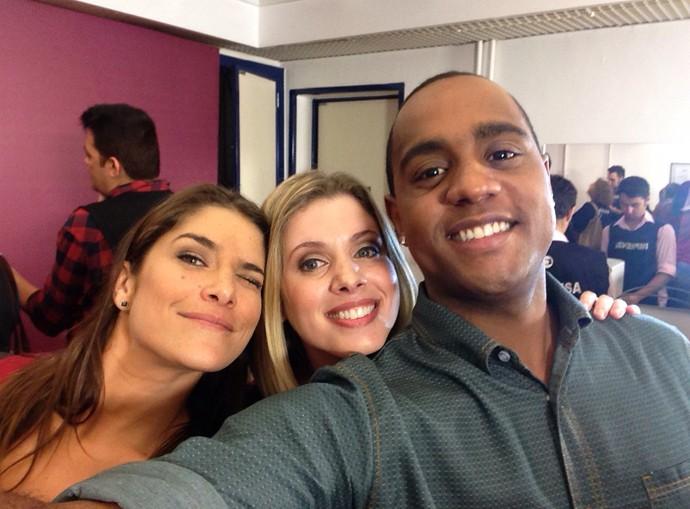 Jairo Nascimento fez selfie com Priscila Fantin e Daniele Valente, nos bastidores do Tomara Que Caia (Foto: Luiz Renato Correa/RPC)