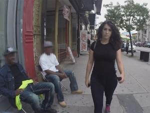 Shoshana B. Roberts é assediada ao caminhar por Nova York (Foto: Reprodução/YouTube/StreetHarassmentVideo)